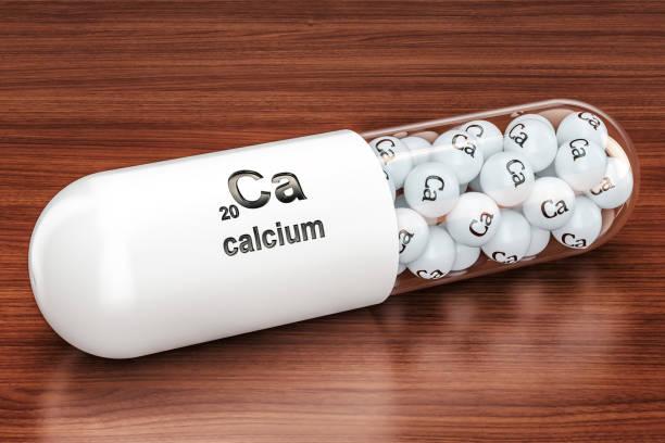capsule met calcium ca element op de houten tafel. 3d-rendering - calcium stockfoto's en -beelden