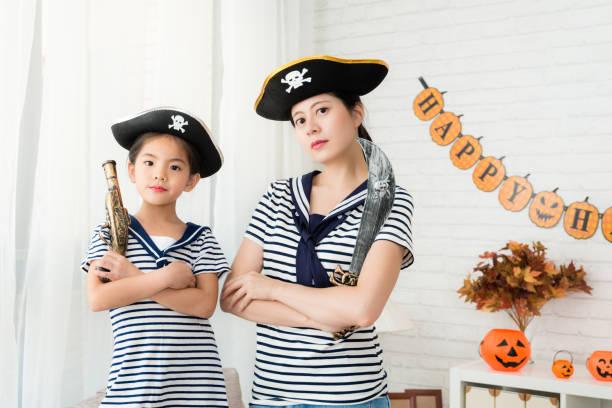 kapitän mädchen und crew mutter das piratenspiel spielen - piratenzimmer themen stock-fotos und bilder