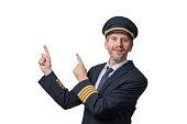 Kapitän in Piloten Uniform mit 4 goldenen Streifen deutet in die Luft, Freisteller
