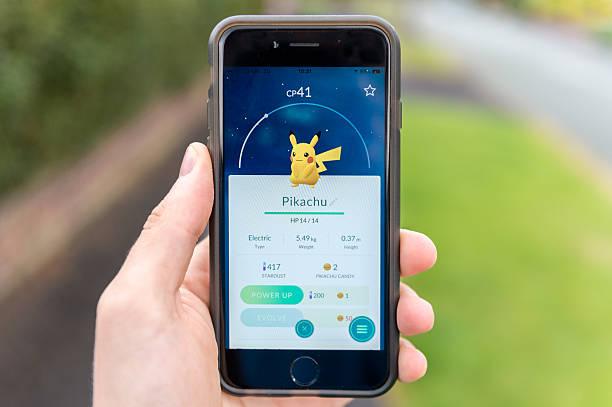 captured pikachu, pokemon go, iphone 6 - pflanzen pokemon stock-fotos und bilder