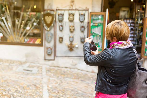 ein bild aufnehmen in toledo, spanien - knopf kurzware stock-fotos und bilder