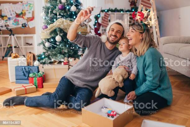 Capturing christmas memories picture id864154362?b=1&k=6&m=864154362&s=612x612&h=ehx1599quz0sqfsvcqdunl3 oj5wrremln640sg1t1y=