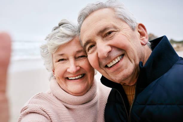 einen ihrer vielen freudigen momente gemeinsam einfangen - senior bilder wasser stock-fotos und bilder
