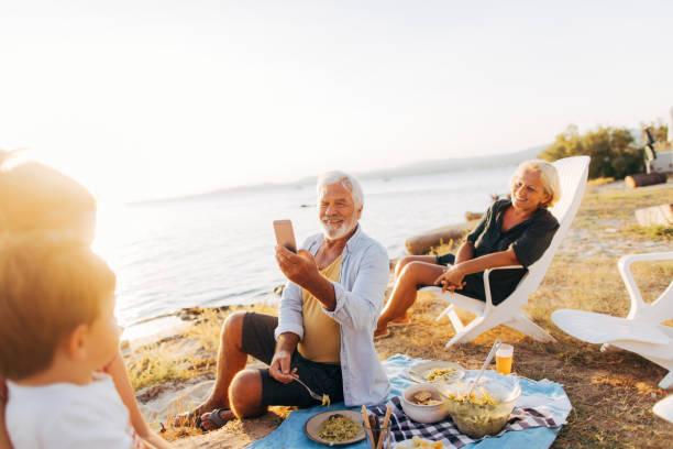 unsere picknick-momente festhalten - griechische partyspeisen stock-fotos und bilder