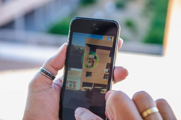 erfassung von pokemon charakter gehen - kostenlose onlinespiele stock-fotos und bilder