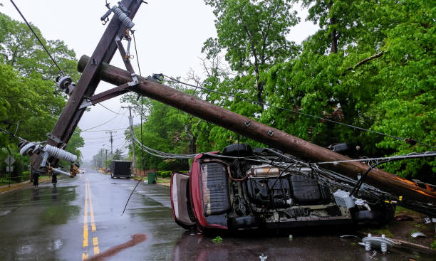 acidente de carro depois de uma tempestade severa com vara de acidente elétrica - tornado - fotografias e filmes do acervo