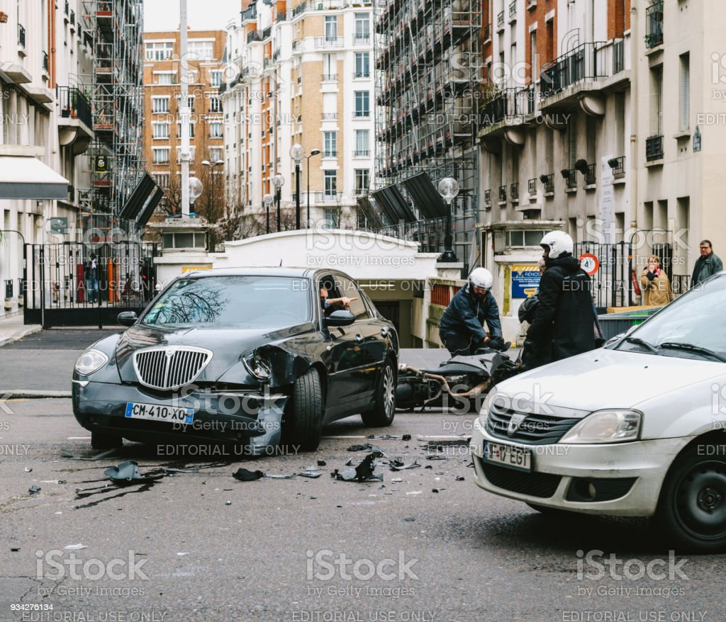 Autounfall In Paris Straße Zwischen Luxuslimousine Lancia Thesis ...