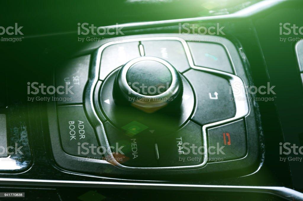 sistema de ar condicionado do carro, dedo, bater o carro de emergência luz botton, mão, ajuste o botão de rádio fm no painel do carro. - foto de acervo