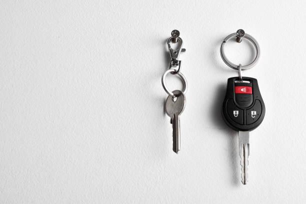 Auto- und Hausschlüssel hängen an der Wand – Foto