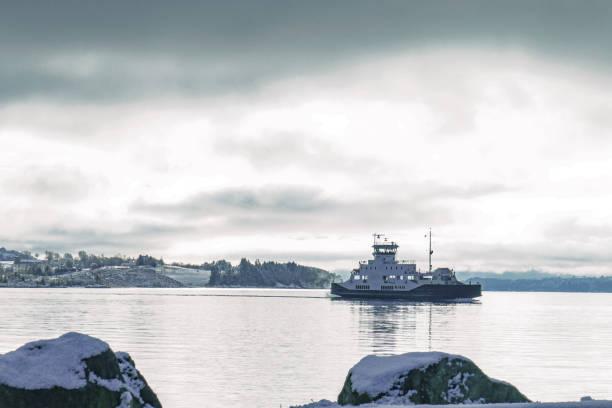 auto en passagiers veerboot crossinga fjord tussen eilanden in noorwegen, aangedreven door elektriciteit - veerboot stockfoto's en -beelden