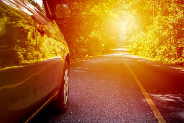Auto und die Straße. Reise zum Naturkonzept – Foto