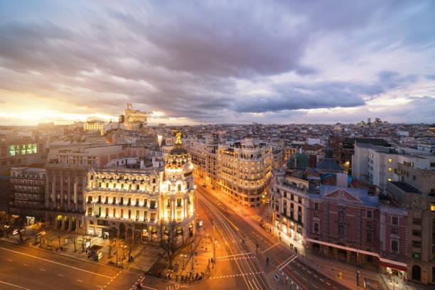 Auto und Ampel auf der Gran via Straße, der wichtigsten Einkaufsstraße in Madrid bei Nacht. Spanien, Europa. Lanmark in Madrid, Spanien – Foto
