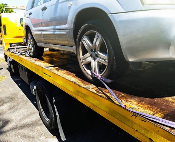 auto, lkw abschleppen angefügt wird - pickup trucks stock-fotos und bilder