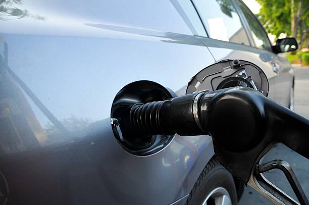 fahrzeug gefüllt bis an die gas pump - mark tantrum stock-fotos und bilder