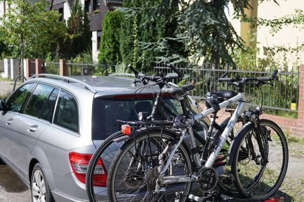 auto-fahrradträger: auto, kommen fahrräder - fahrradträger stock-fotos und bilder