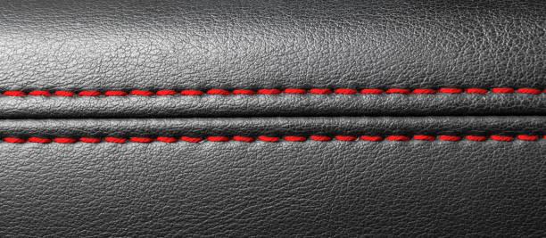 Auto schwarzes Leder-Interieur. Teil der Sezantzeiche aus Leder mit roter Nähte. Auto-Details. – Foto