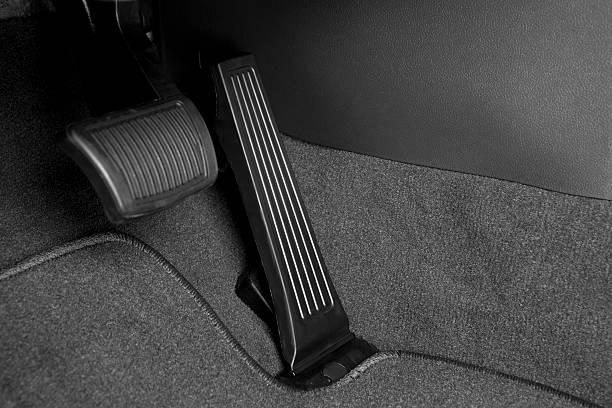 de pedal de freno y gas - pedal fotografías e imágenes de stock