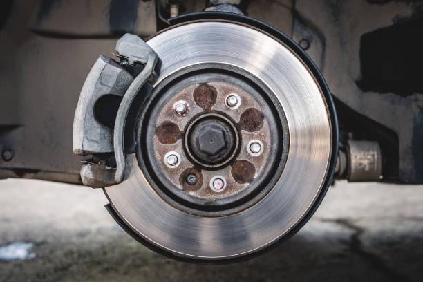 disque de frein de voiture avec plaquette de frein - disque de frein photos et images de collection