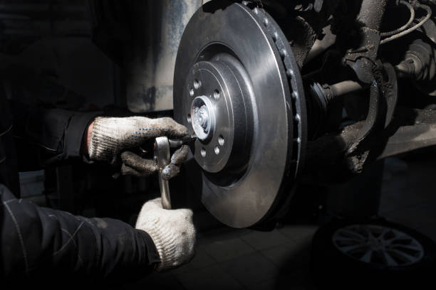 réparation de système freinage automobile. - disque de frein photos et images de collection