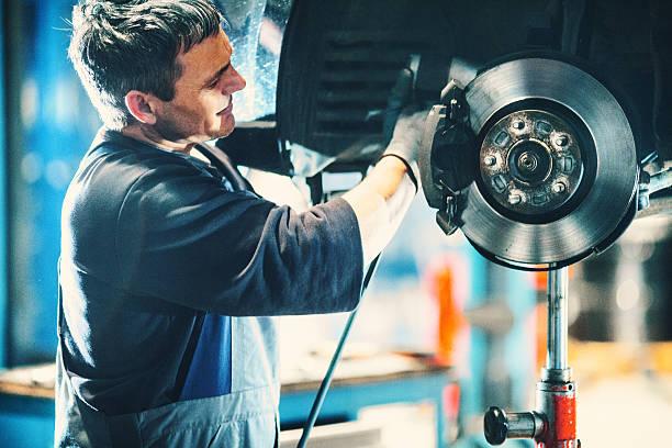 voiture de freinage réparation du système. - disque de frein photos et images de collection
