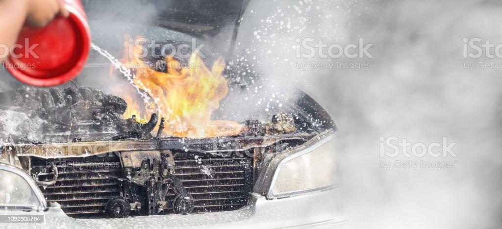 Bil bränna på parkeringen eftersom elektriska kort problem bildbanksfoto