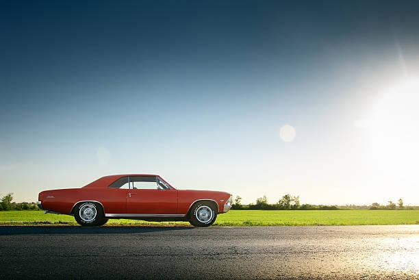 auto chevrolet malibu auf asphaltstraße während dem sonnenuntergang - alten muscle cars stock-fotos und bilder