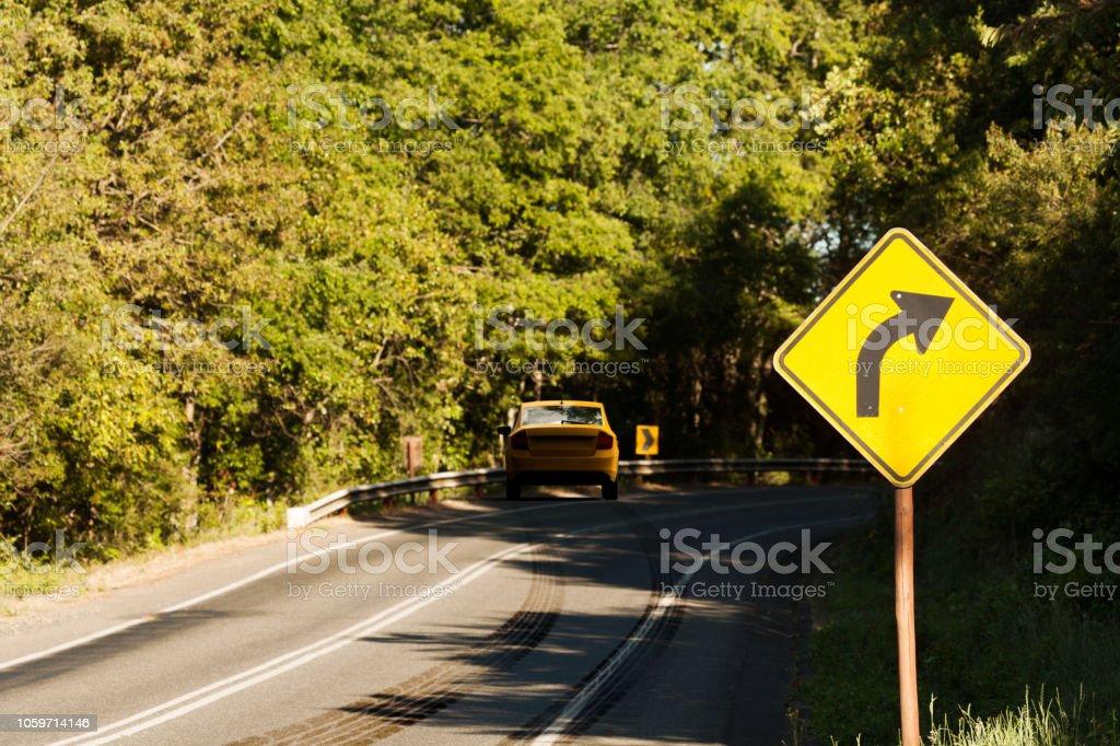 Autounfall in einer gebogenen Straße mit Bremsspuren – Foto