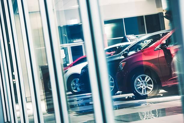 concessionnaire voitures faire du lèche-vitrine - show room photos et images de collection