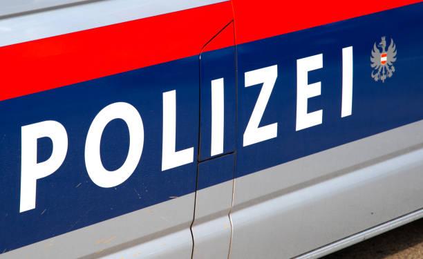autotür beschriftet polizei austria - österreichische kultur stock-fotos und bilder