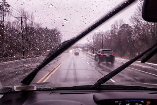 Pkw-Fahrer POV durch Windschutzscheibe am regnerischen schlampig Winter Highway – Foto