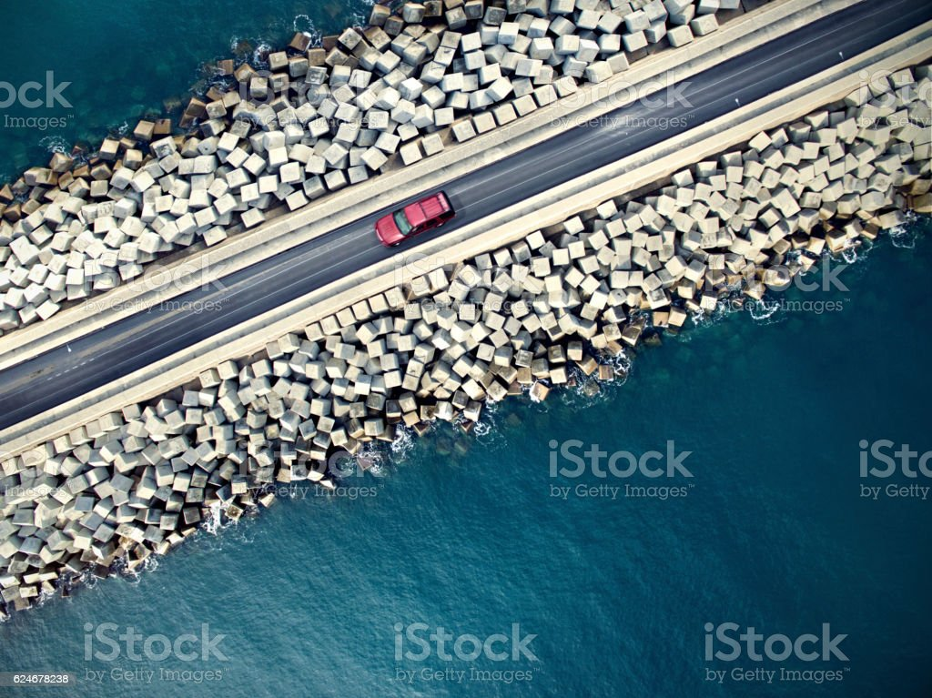 Car driving along the coastline - foto de stock