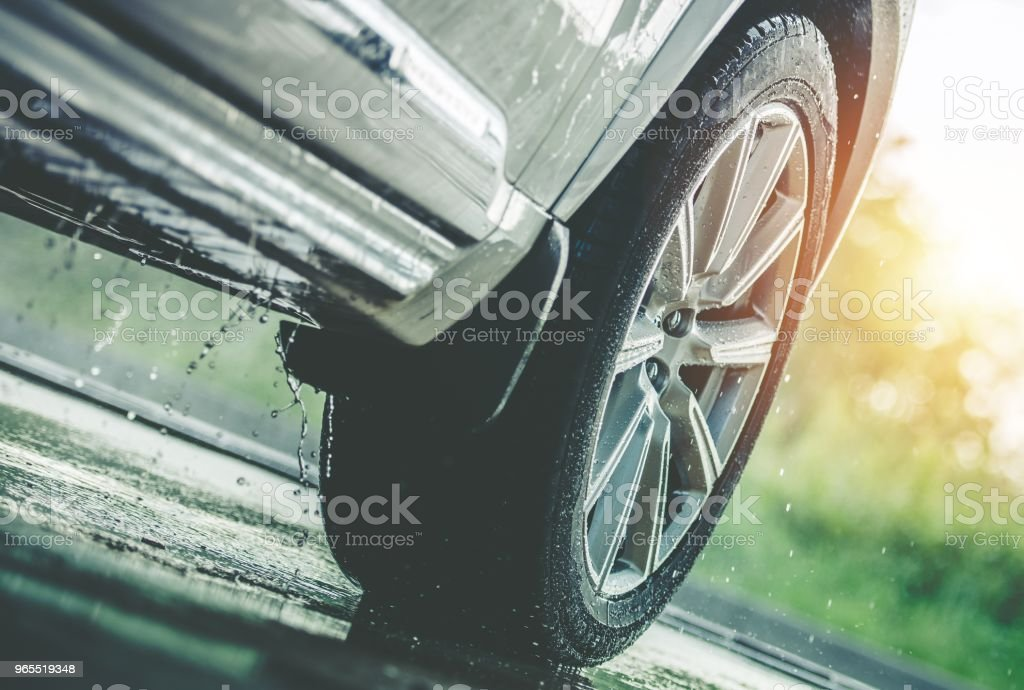 Coche bajo la lluvia - foto de stock