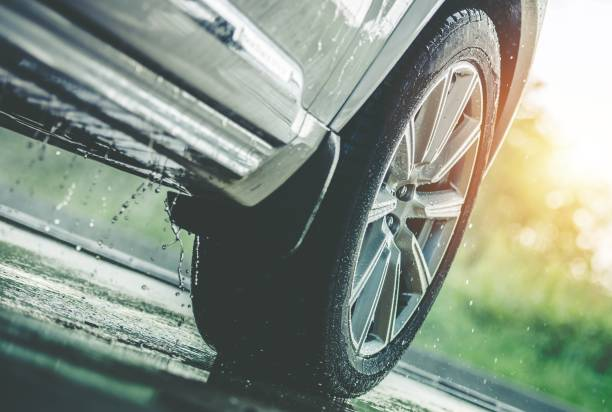auto rijden in de regen - autoband stockfoto's en -beelden