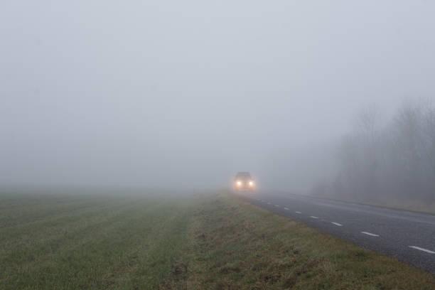 Auto fahren auf einer nebligen Straße – Foto