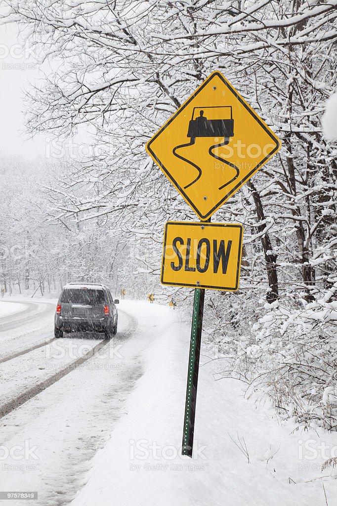 Voiture conduite sur neige couvert road photo libre de droits