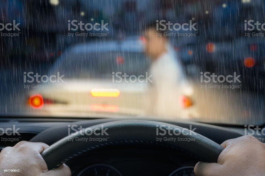 Auto-Notbremse gespeichert ein Leben Pesdestrian läuft über Straße. – Foto
