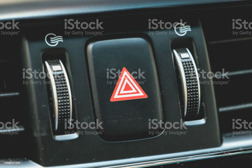 botão de luz de emergência de carro em um painel moderno - foto de acervo