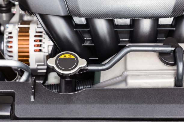 汽車發動機散熱器蓋和冷卻液容器特寫 - 恢復精神 個照片及圖片檔