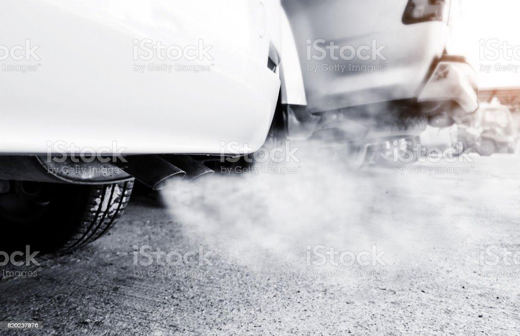 Tubo de escape coche sale fuertemente del humo, concepto de contaminación de aire. - foto de stock