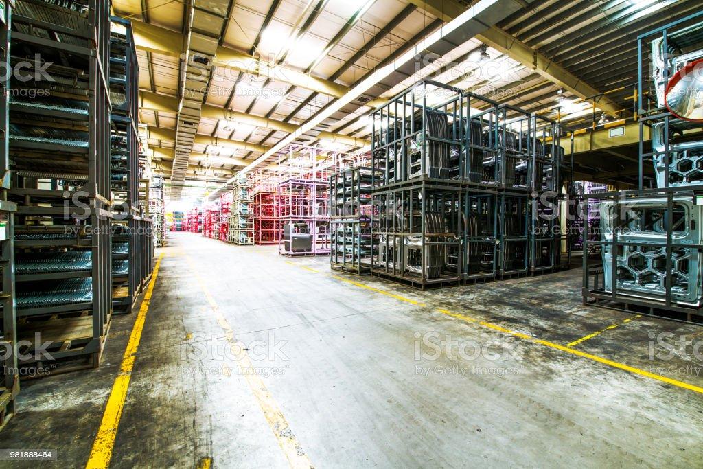 Eine Autofabrik; übersichtlich äußere Komponenten eines Autos – Foto