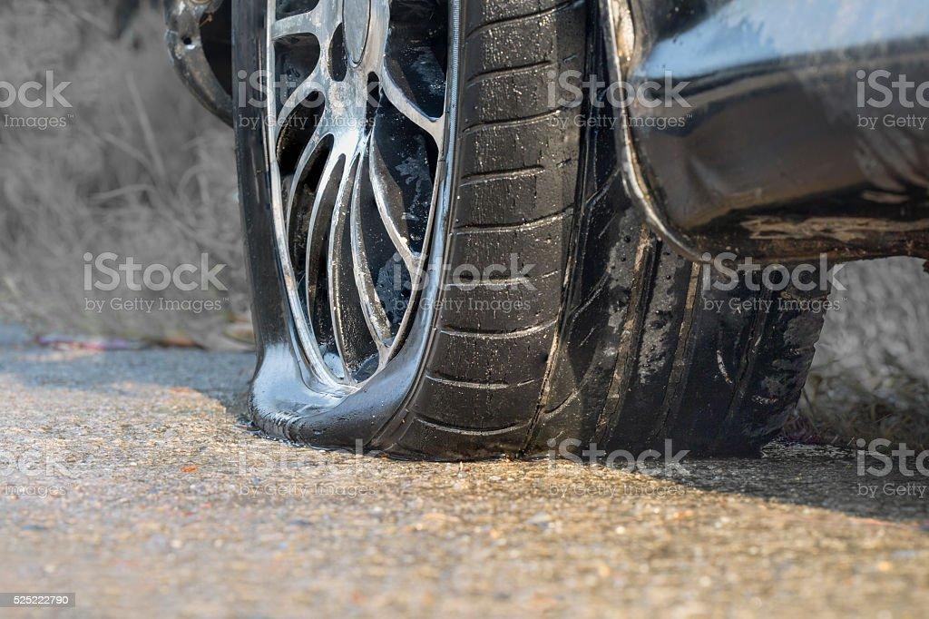Coche rueda pinchada en primeros días de lluvia - Foto de stock de Accidente de automóvil libre de derechos