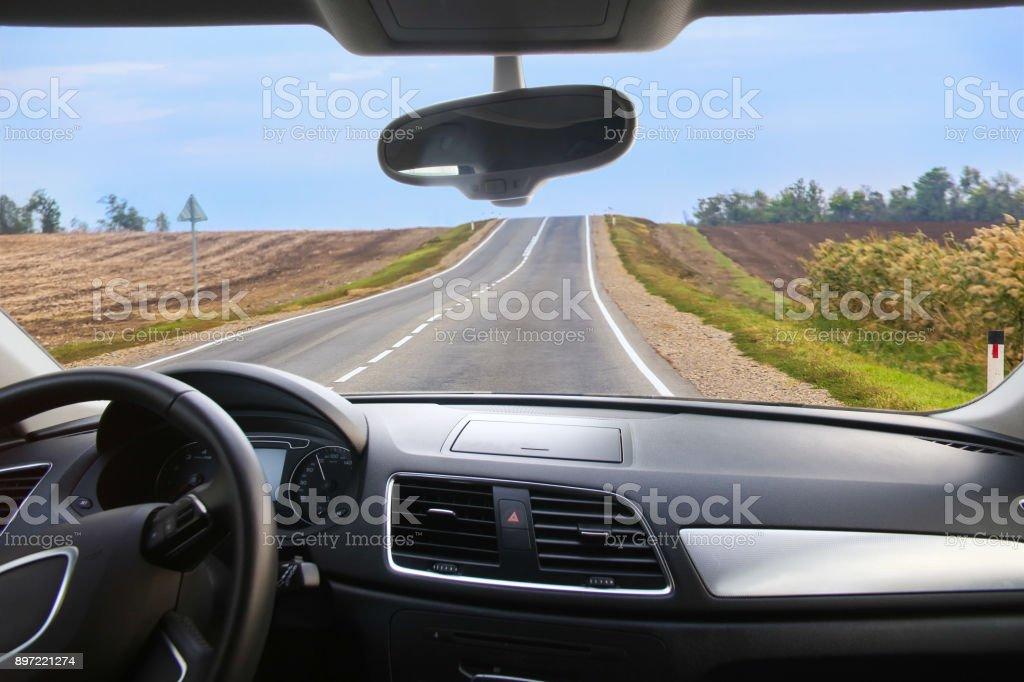 Auto geht auf Straße – Foto