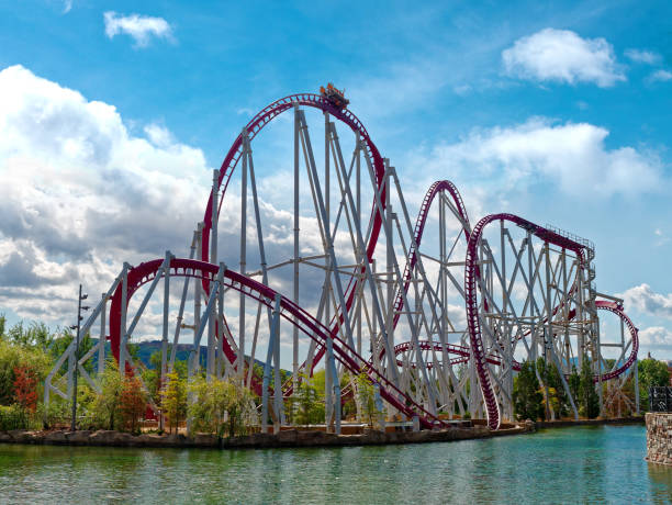 coche ir montaña rusa en parque de atracciones rainbow magicland - roller coaster fotografías e imágenes de stock