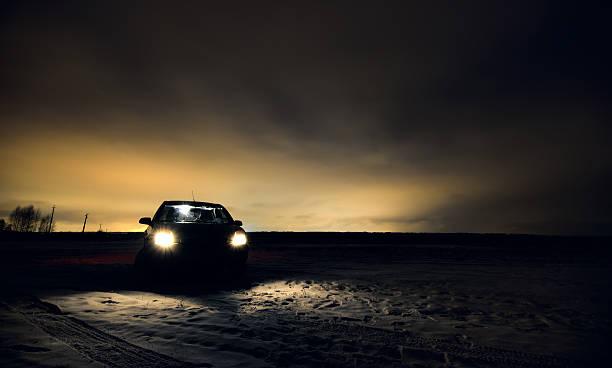 Cтоковое фото Фары автомобиля включена в ночь поля