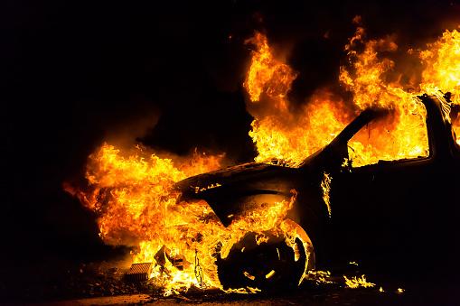 Auto A Fuoco Bruciore - Fotografie stock e altre immagini di Automobile