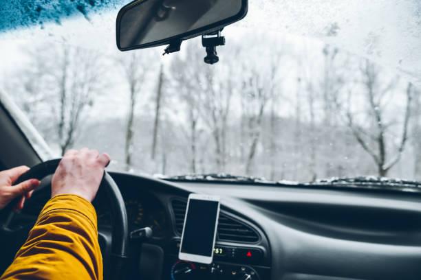 car inside driving in winter day - phone, travelling, copy space imagens e fotografias de stock