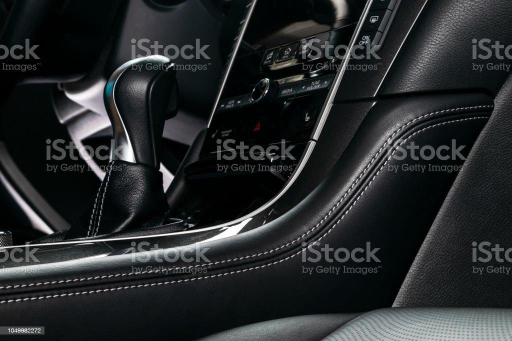 Auto im Inneren. Innenraum eines Autos. Komfortable Ledersitze. Perforiertes Leder. Auto-Interieur-Details. Auto Detaillierung – Foto