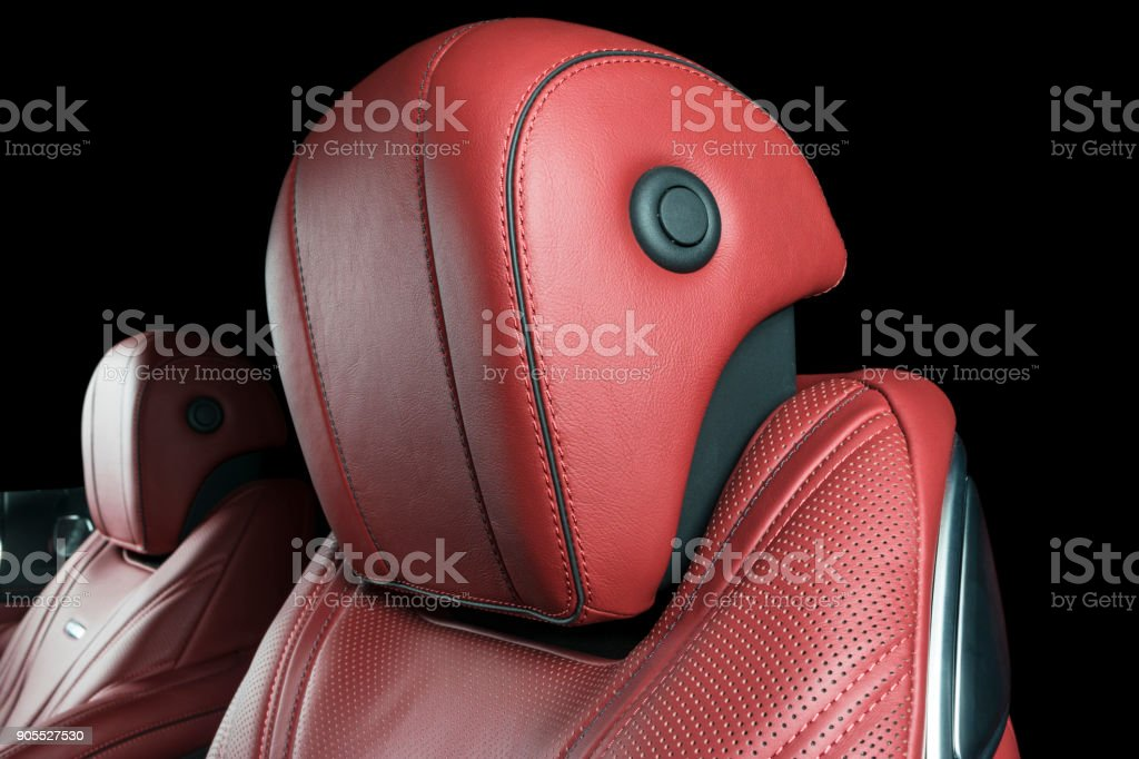 Auto im Inneren. Innere des Prestige Auto. Komfortable Ledersitze. Perforierte Leder rot Cockpit mit schwarzem Hintergrund isoliert. Auto-Interieur-details – Foto