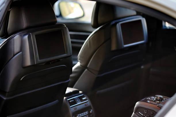 auto im inneren. innenraum prestige luxus moderner autos. zwei displays für rücksitze passagier mit medien steuern panel kopie raum mock up - kopfstütze stock-fotos und bilder