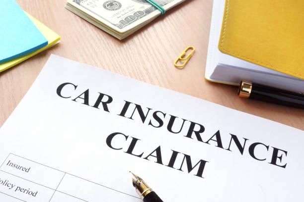 Versicherungsfall Auto und Geld auf den Tisch. – Foto